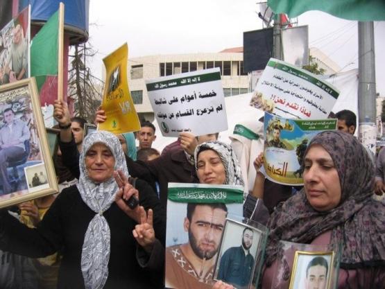 الأهالي  يرفعون علامات النصر للمقاومة