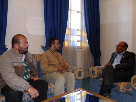 المحررون برفقة الغنوشي والرئيس التونسي