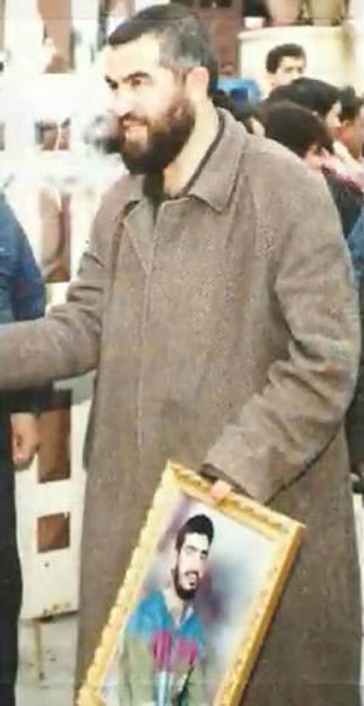 الشيخ رائد صلاح يحمل صورة الشهيد