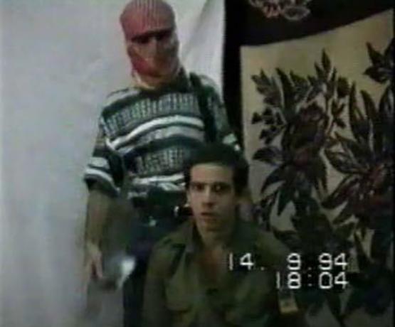 الجندي المخطوف ناحشون فاكسمان.. وخلفه يقف الشهيد صلاح جاد الله